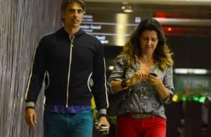 De bermuda rasgada e tênis, Reynaldo Gianecchini vai ao cinema com amiga