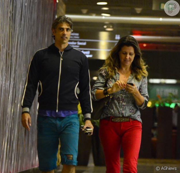 De bermuda rasgada e tênis, Reynaldo Gianecchini vai ao cinema com amiga 21 de maio de 2014