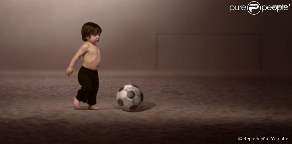 Milan, filho de Shakira e Gerard Piqué, joga bola em clipe da música 'La La La' para a Copa do Mundo 2014