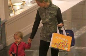 Angélica passeia em shopping com a filha, Eva, e visita loja de brinquedos