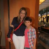 Nivea Stelmann vai ao teatro com o filho, Miguel, e exibe boa forma