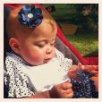 Maria Eduarda, filha de Debby Lagranha, tomando banho de sol com um look de bolinhas e florzinha na cabeça. Fofa!