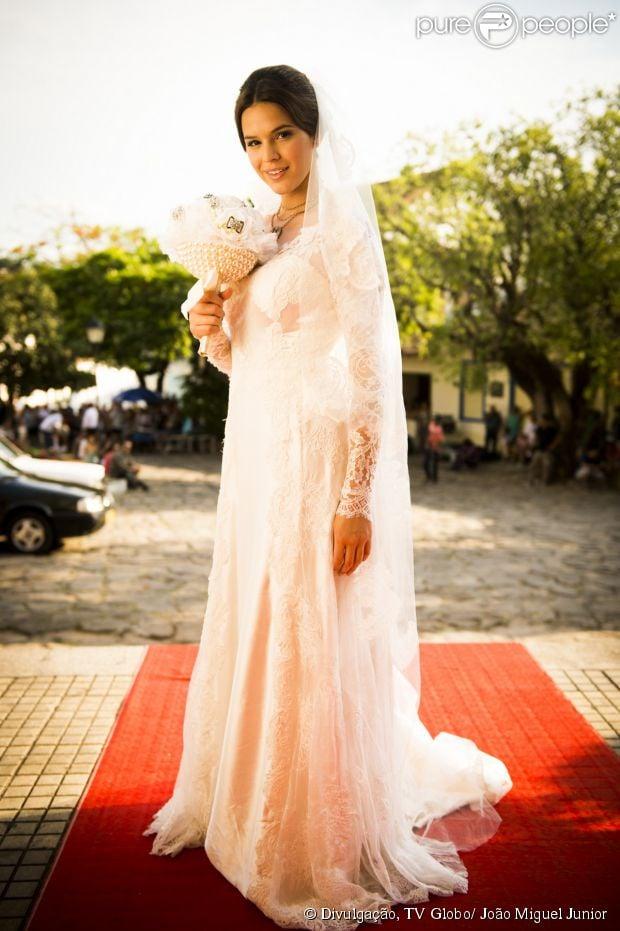 Helena (Julia Lemmertz) resolve dar o vestido de noiva com o qual ia se casar com Laerte (Gabriel Braga Nunes) de presente a Luiza (Bruna Marquezine), em 9 de junho de 2014, na novela 'Em Família'