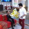 Murilo Benício entrega flores para Débora Falabella ao vivo no programa 'Encontro', na Globo: 'Olha a cara dela', observa o ator ao ver a reação de surpresa da amada