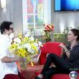 Murilo Benício entrega flores para Débora Falabella ao vivo no programa 'Encontro', na Globo