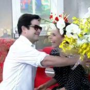 Murilo Benício dá flores a Débora Falabella ao vivo na TV: 'Não fiz besteira'