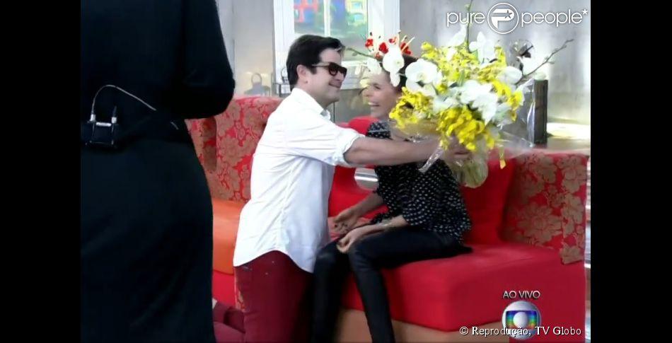 Débora Falabella se surpreende ao receber flores do namorado, Murilo Benício, no palco do 'Encontro com Fátima Bernardes'