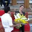 Sem esperar a presença do namorado, Débora Falabella sorriu quando ele apareceu diante dela no programa 'Encontro'