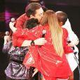 As meninas do Rougederam um abraço coletivo em Fausto Silva