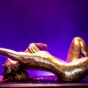 Claudia Leitte cobre corpo de glitter em novo clipe: 'Alegre e quente'. Fotos!