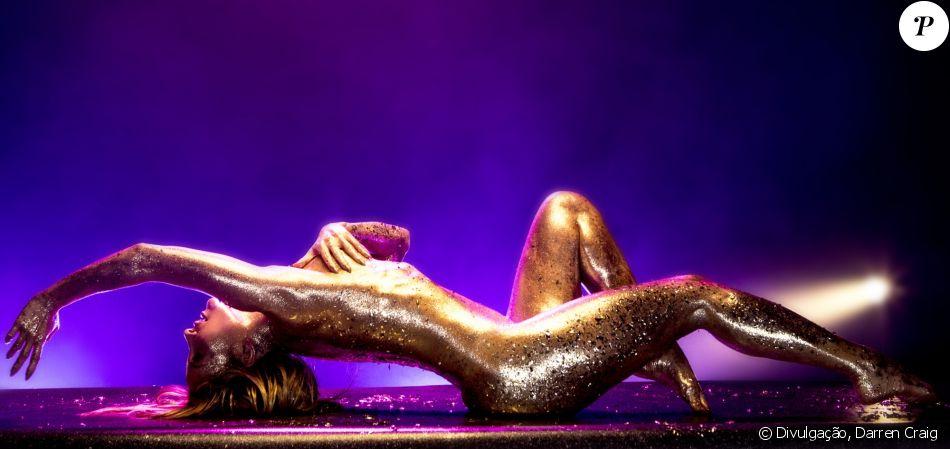 Claudia Leitte exibiu o corpo coberto por glitter no novo clipe, 'Carnaval', parceria com o rapper Pitbull