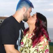Marido colore cabelo de azul e ganha beijo de Preta Gil em Salvador. Fotos!
