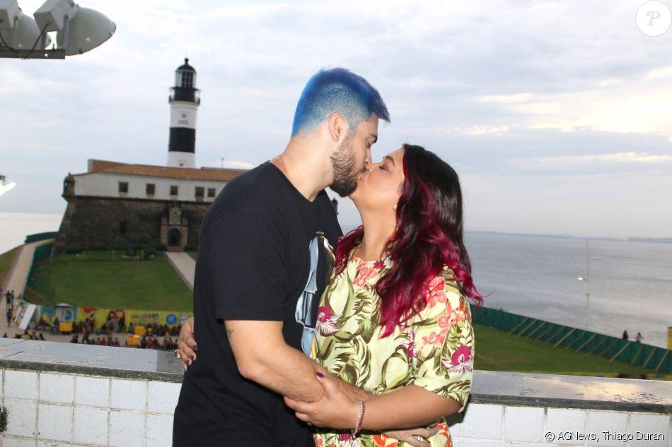 Preta Gil e o marido, Rodrigo Godoy, trocaram beijos e exibiram cabelos coloridos em Salvador, na Bahia, na quarta-feira, 7 de fevereiro de 2018