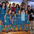 Rodrigo Faro e a família posam ao lado do elenco da novela 'Chiquititas', do SBT