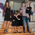 Rodrigo Faro posa para os fotógrafos ao lado das filhas, Maria, Clara e Helena, e da mulher, Vera Viel