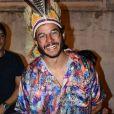 Túlio Gadêlha usou uma blusa toda colorida para a festa pré-carnaval em Recife