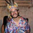 Túlio Gadêlha se fantasiou com cocar de índio para a Queirogada