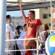 Claudia Leitte escolheu look de jogadora de futebol americano para se apresentar no segundo dia do Carnaval de Salvador