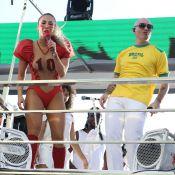 Claudia Leitte, de jogadora de futebol americano, recebe Pitbull em trio. Fotos!
