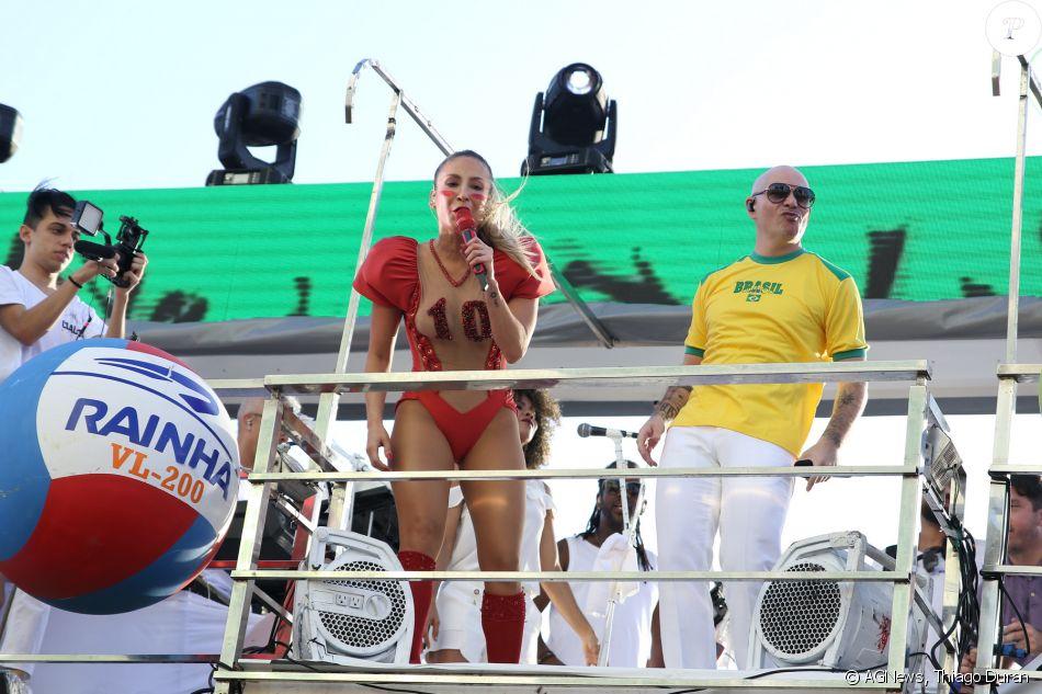 Claudia Leitte se apresentou com Pitbull no segundo dia do Carnaval de Salvador com o bloco Blow Out, no circuito Dodô (Barra-Ondina), nesta sexta-feira, dia 9 de fevereiro de 2018