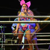 Anitta usa look inspirado em clipe e cabelo colorido no Carnaval de Salvador