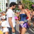Thaila Ayla faz releitura da Mulher-Maravilha em fantasia e troca beijos com Renato Goés no Bloco da Favorita, realizado na manhã deste sábado, 10 de fevereiro de 2018