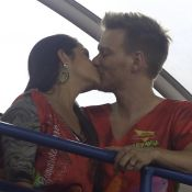 Michel Teló e Thais Fersoza namoram  em camarote na Sapucaí: 'Agarradinhos'