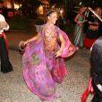 Rainha do tradicional Baile do Copa, Isis Valverde escolheu um maquiagem mais leve e com boca levemente rosada, criação feita em conjunto com os profissionais