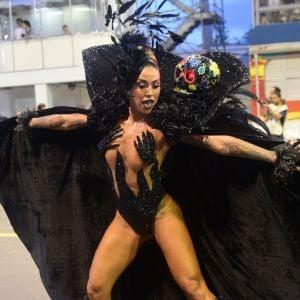 Dani Bolina. Foto do site da Pure People que mostra Aniversário na avenida! Dani Bolina faz 34 anos em desfile de SP: 'Muito feliz'