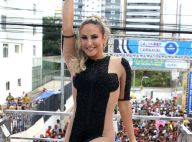 Claudia Leitte usa look com transparência para comandar trio em Salvador