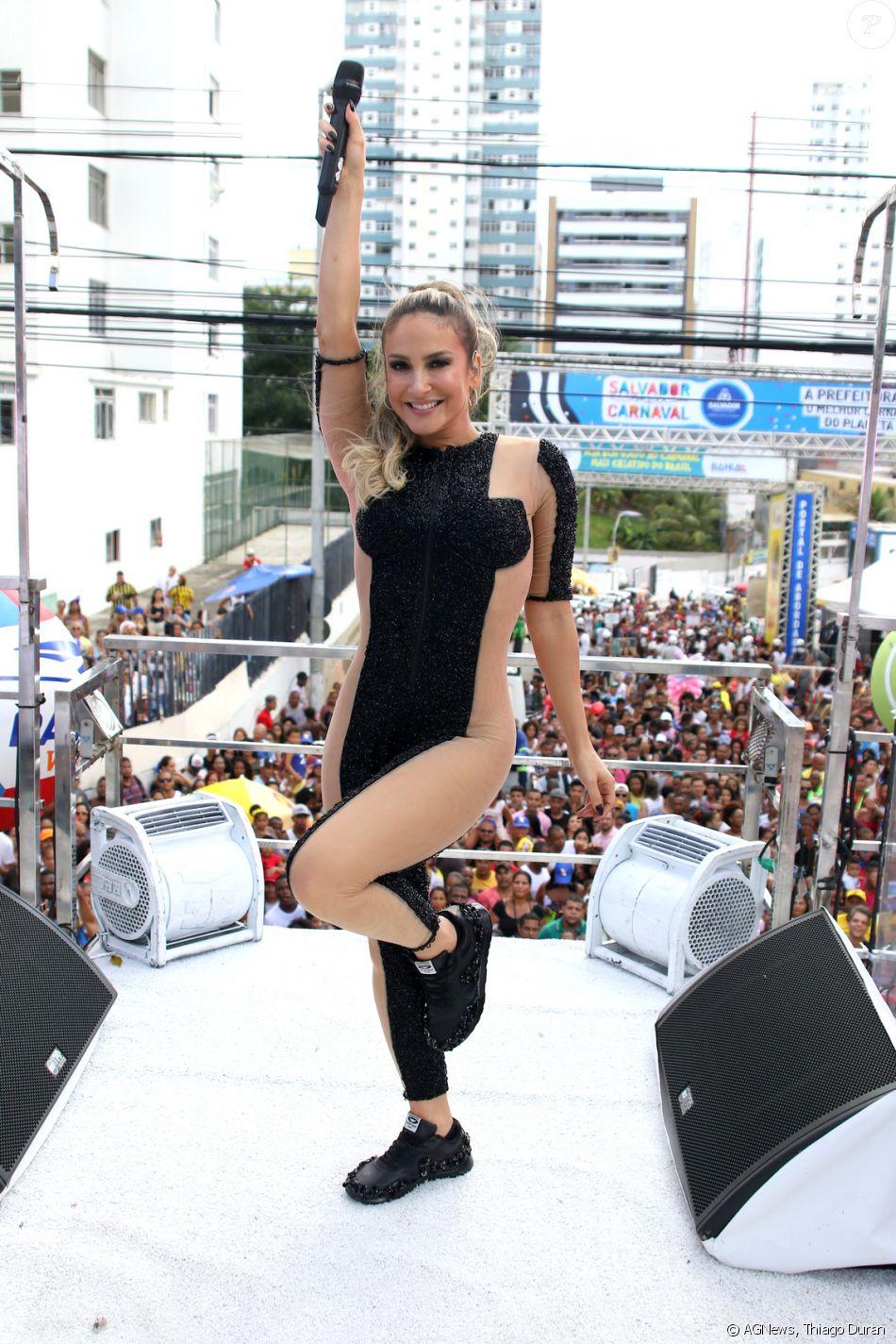 Claudia Leitte aposta em look transparente da grife Patrícia Bonaldi para comandar seu trio em Salvador, na Bahia, em 11 de fevereiro de 2018
