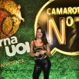 Isis Valverde apostou em um look preto cavado para curtir o Carnaval