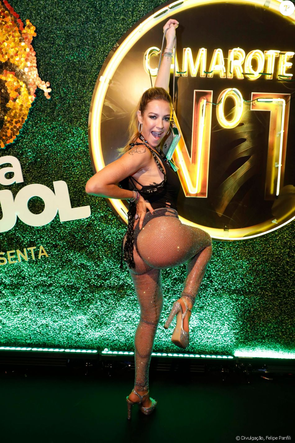 Luana Piovani combina calça transparente e body preto em camarote de Carnaval nesta segunda-feira, dia 12 de fevereiro de 2018