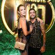 Luana Piovani posa com o marido, Pedro Scooby, em camarote no Rio de Janeiro