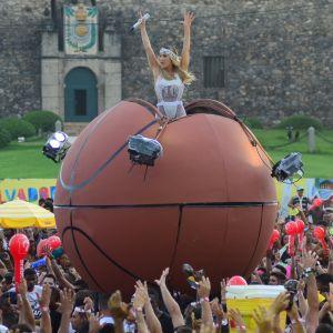 Canta. Foto do site da Pure People que mostra Claudia Leitte canta dentro de bola de basquete gigante em bloco de Salvador