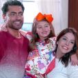 Gustavo (Carlo Porto) e Cecília (Bia Arantes) comemoram por Dulce Maria (Lorena Queiroz) ter chamado a madrasta de mãe, no capítulo que vai ao ar segunda-feira, dia 19 de fevereiro de 2018, na novela 'Carinha de Anjo'