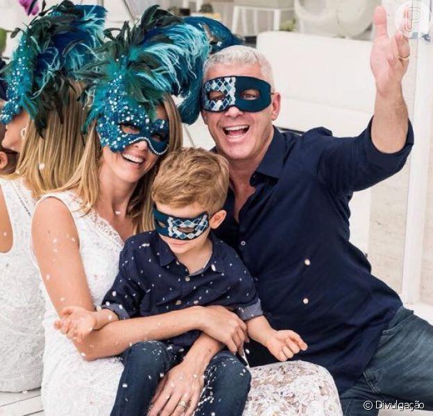 Ana Hickmann e o marido, Alexandre Corrêa, comemoram 20 anos de casamento com um ensaio inspirado no período de Carnaval