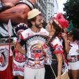 Fátima Bernardes e Túlio Gadêlha foram fantasiadas de índios no tradicional bloco