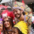 Fátima Bernardes e Túlio Gadêlha posaram com fãs durante desfile do Cacique de Ramos