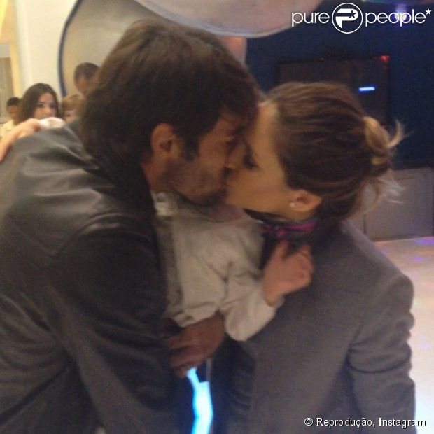 Kaká e Carol Celico se beijam na festa de aniversário do filho, Luca (10 de junho de 2014)