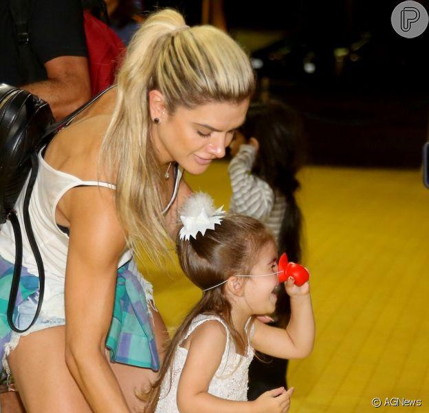 Valentina, de 3 anos, filha de Ceará e Mirella Santos, se divertiu com nariz de palhaço em ida ao circo Patati Patatá, na Barra da Tijuca, Zona Oeste do Rio, na noite desta quinta-feira, 15 de fevereiro de 2018
