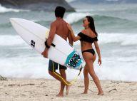 Isis Valverde, na véspera de aniversário, curte praia com namorado e amigos