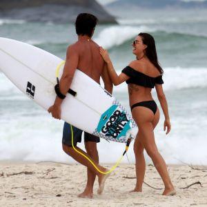 Curte Namorado. Foto do site da Pure People que mostra Isis Valverde, na véspera de aniversário, curte praia com namorado e amigos