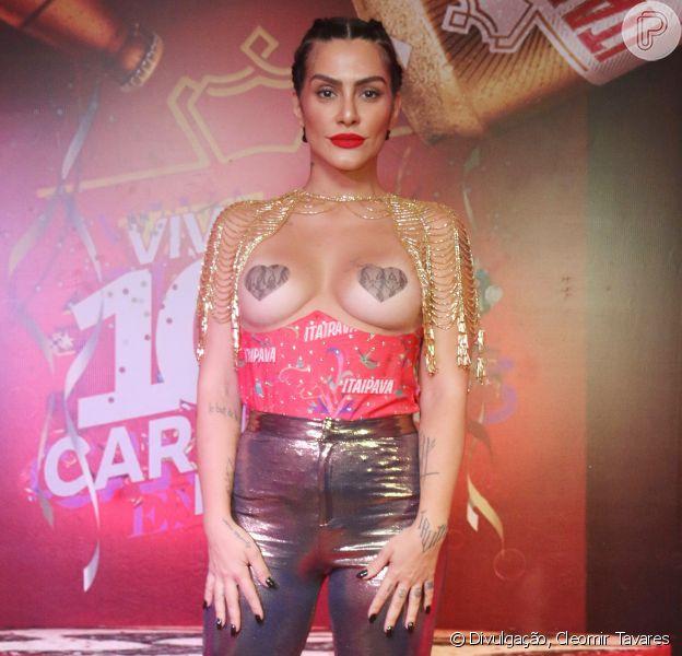 Cleo Pires voltar a usar adesivo nos seios para curtir Carnaval no Sambódromo, em 17 de fevereiro de 2018