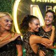 Isis Valverde comemora 31 anos em camarote no desfile das campeãs