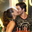 Isis Valverde beija o namorado, André Resende em camarote