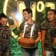 Isis Valverde samba ao ganhar bolo em aniversário