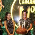 Isis Valverde canta 'Parabéns' para comemorar seu aniversário de 31 anos