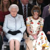 De surpresa! Rainha Elizabeth assiste desfile da 1ª fila na London Fashion Week