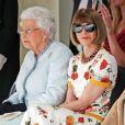 A rainha Elizabeth  sentou-se ao lado de Anna Wintour, editora-chefe da Vogue Americana, ao conferir desfile